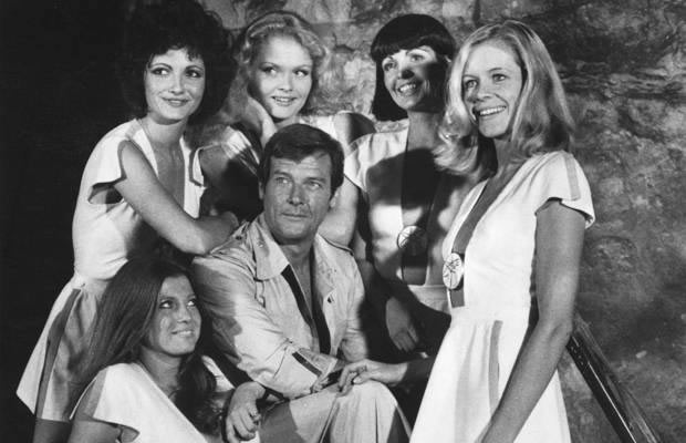 Anne Lonnberg and Irka Bochenko with Roger Moore