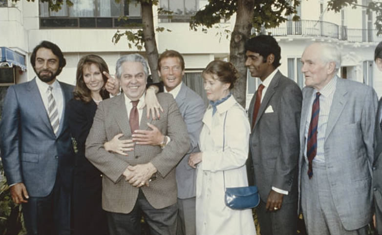 Kabir Bedi, Maud Adams, Cubby Broccoli, Roger Moore, Lois Maxwell and Desmond Llewelyn in India